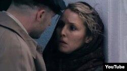 """Том Харди (сол жақта) мен Нуми Рапас """"44-ші нөмір"""" фильмінде. (Видеодан скриншот.)"""