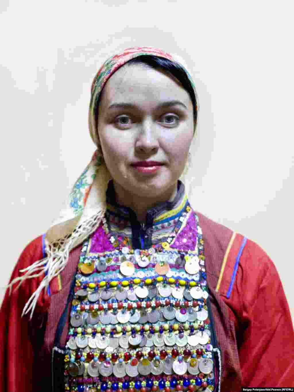 """Вера Николаева, 31 год, музыкальный руководитель """"Я хожу в рощу, но сейчас в городе, нет возможности делать это часто. Я очень горжусь, что ямари, и даже, можно сказать, националистка (смеется). Не люблю, когда не стремятся выучить марийский язык, тем более сейчас, после 90-х, когда он был не в почете у молодежи. Когда выхожу в лес, даже не обязательно что-то говорить – и так все понятно и чисто""""."""