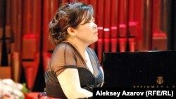 Пианистка Жанар Сулейманова на концерте в честь 140-летия А. Байтурсынова в Казгосфилармонии. Алматы, 5 сентября 2012 года.