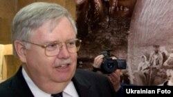 Джон Теффт во время работы посолом США на Украине, апрель 2011 года