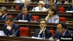 Armenia -- Vartan Poghosian (C), a member of a presidential commission on constitutional reform, attends parliamentary hearings, Yerevan, 4Sep2015