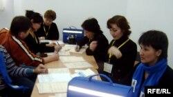 Агенты, проводящие перепись населения в Казахстане. Астана, 25 февраля 2009 года.