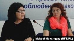 Нурлыгуль Демпстер (слева), родственник найденного мертвым в тюрьме Бахытжана Абдикаримова, и правозащитник Снежанна Ким. Алматы, 29 марта 2016 года.