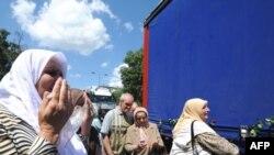 Žene ispraćaju konvoj sa posmrtnim ostacima 307 ubijenih srebreničkih Bošnjaka koji će biti ukopani u Potočarima 11. jula 2008.