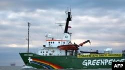 """Корабль """"Гринпис"""" в водах Печорского моря у нефтяной платформы """"Приразломная"""", принадлежащей """"Газпрому"""". 17 сентября 2013 года."""