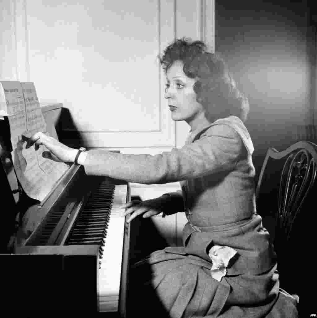 Piaf at the piano (undated)