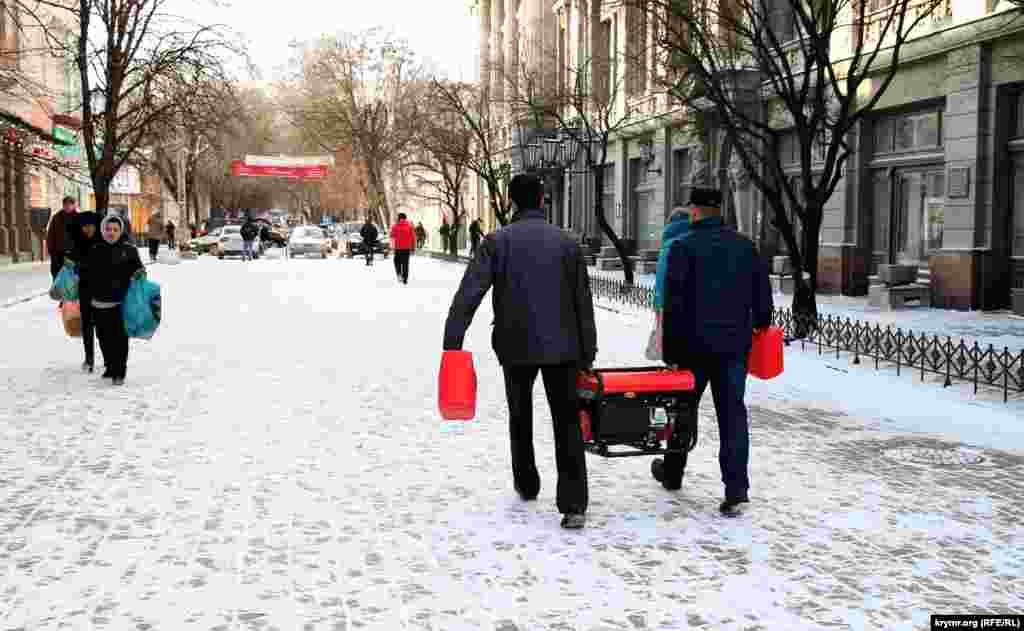 Передостанній день календаря встиг не тільки порадувати кримчан снігом, але й засмутити відключеннями світла.З ранку багато людей кинулися купувати генератори. Кажуть, що не вірять обіцянкам влади про безперебійне електропостачання в новорічні свята, тому перестраховуються.