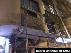 К настоящему моменту демонтированная мемориальная табличка Колчаку в Санкт-Петербурге