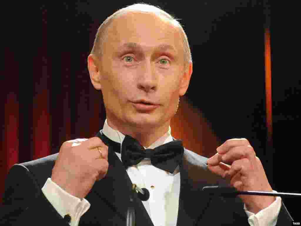 Премьер-министр России Владимир Путин выступает на церемонии в Дрезденской государственной опере, где он был награжден Орденом саксонской благодарности. Январь 2009 года. В 1980-е годы, в бытность офицером КГБ, Путин служил в Дрездене.