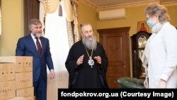 Вадим Новінський (л) і митрополит УПЦ (МП) Онуфрій (с), фото 8 квітня 2020 року