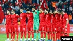 Türkiyə futbolçuları azarkeşlərin davranışına reaksiya verməyiblər