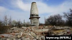 Развалины башни-фундамента радиотелескопической антенны в Школьном