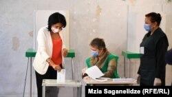 Саломе Зурабишвили проголосовала на участке, который расположен в тбилисской государственной школе №67