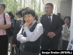 Роза Отунбаева во время визита в Ошскую область.