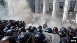 Украина -- Жогорку Рада алдындагы тополоң. Киев, 31-август, 2015.