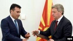 Predsjednik Đorđe Ivanovi predaje mandata za sastav nove makedonske vlade Zoranu Zaevu iz Socijaldemokratkog saveza makedonije, 17. maj 2017.