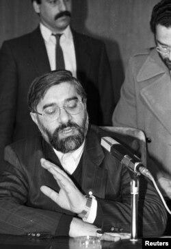 Türkiyə - Iranın o vaxtkı baş naziri Mir-Hossein Mousavi fitva ilə bağlı suallara cavab verir, kitabı İslami dəyərlərə qarşı qəsd adlandırır, 16 fevral 1989irport, 17Feb1989