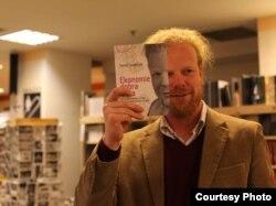 """Томаш Седлачек во время презентации своей книги """"Экономия добра и зла"""""""