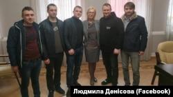 Lüdmila Denisova ve azat etilgen deñizciler