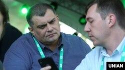 Юрій Корявченков (ліворуч) визнав, що мав розмову з криворізькими поліцейськими, проте заперечив будь-які погрози щодо залучення правоохоронних органів проти політичних опонентів