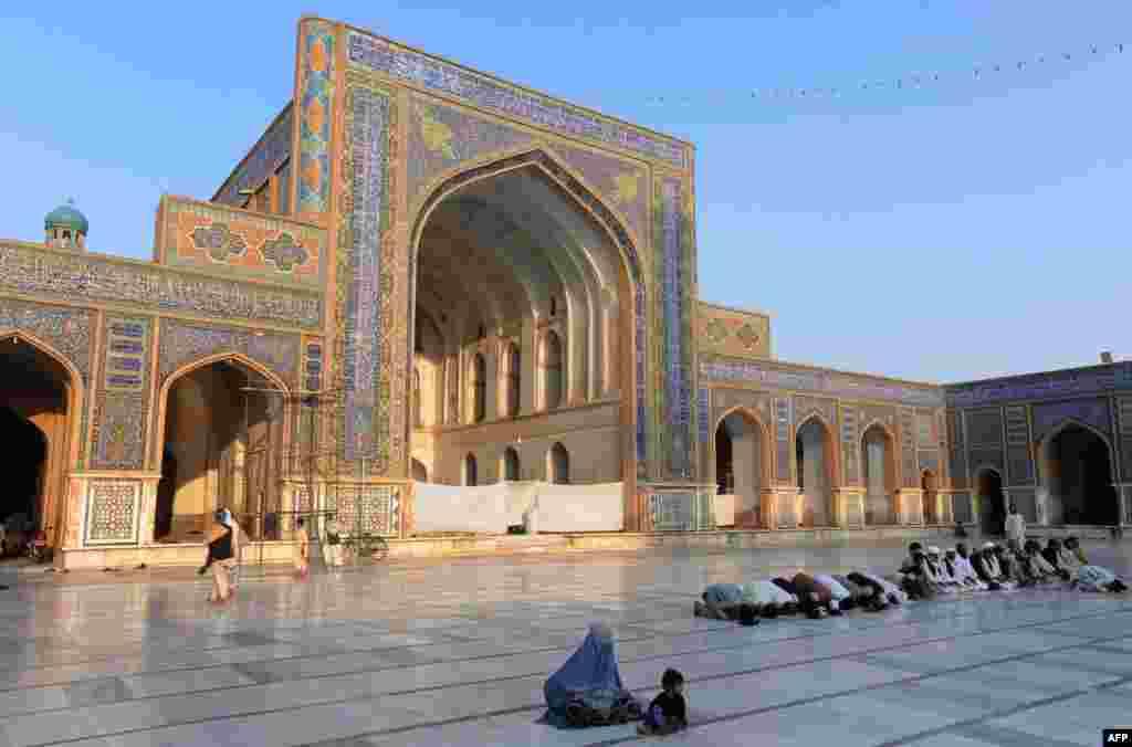 Афганистан. Верующая молится в мечети в Герате