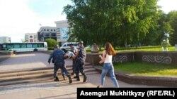 Полицейские несут задержанного в районе монумента «Байтерек» в Нур-Cултане. 12 июня 2019 года, в день ожидаемых антиправительственных выступлений, состоялась инаугурация президента Казахстана Касым-Жомарта Токаева.