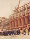 1983. Brigadieri muncind pe șantierul Rafinăriei Midia Năvodari I