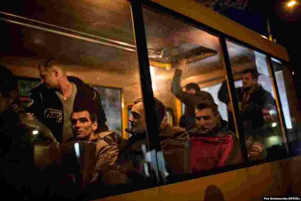 """Донецк, представители самопровозглашенной """"ДНР"""" отпустили 16 украинских пленных. 7 апреля 2015 года"""