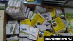 Книги, в которых, по словам продавцов, есть ответы на тесты ЕНТ. Алматы, 26 мая 2015 года.