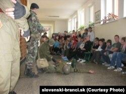 """""""Словацкие новобранцы"""" рассказывают о себе в одной из школ"""