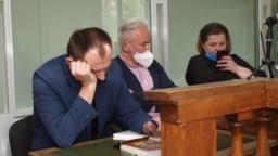 Виктор Воропаев (посредине) с адвокатами в суде Славянска, 2 июня 2020 года