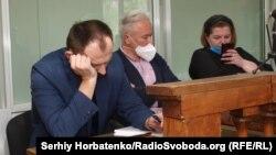 Виктор Воропаев (в центре) с адвокатами на суде, 2 июня 2020 года