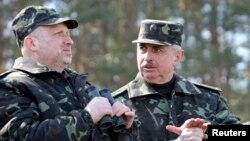 Александр Турчинов (слева) и министр обороны Михаил Коваль