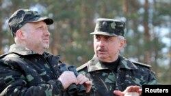 Turchinov (solda) və müdafiə naziri Koval