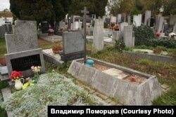 Немецкая каска на могиле с православным крестом в пражском районе Ржепы