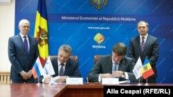Vicepreşedintele Gazprom Alexandr Medvedev (stânga) şi şeful de la MoldovaGaz Alexandr Gusev, semnând extinderea contractului de livrare a gazelor