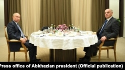 Встреча Владимира Путина и Аслана Бжания за рабочим завтраком
