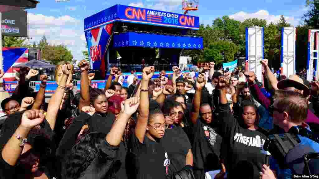 Члены движения «Черные жизни имеют значение» обращаются к прессе на территории студенческого городка университета Хофстра накануне первых президентских дебатов