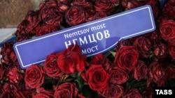 Цветы на месте гибели Бориса Немцова на Большом Москворецком мосту