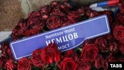 Цветы на месте убийство лидера российской оппозиции Бориса Немцова.