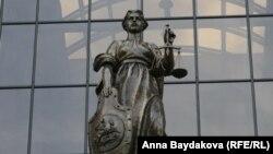 Ресей жоғарғы сотының алдындағы Фемида мүсіні. Мәскеу, 20 қыркүйек 2011 жыл.