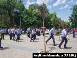 Панфилов көшесінде жүрген полиция қызметкерлері. 9 маусым 2019 жыл.