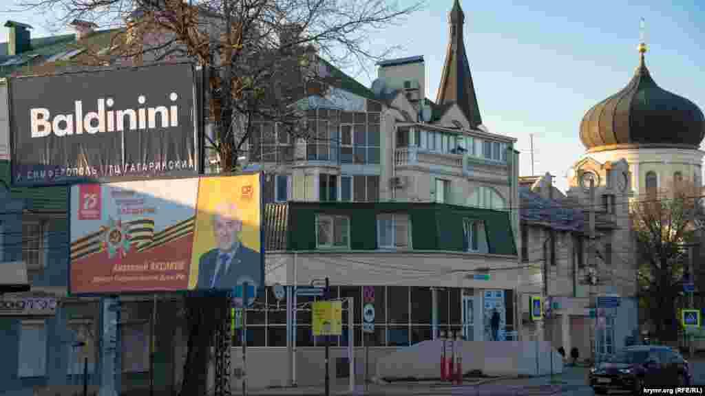 Для части политических сил 9 мая – повод для рекламы. На билборде – не ветеран Второй мировой войны, а депутат российской Госдумы