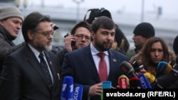 Separatist leaders arrive in Minsk and speak to media.