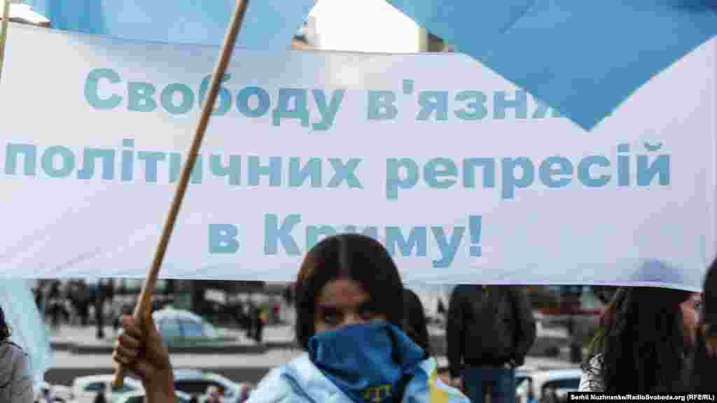Частина мітингувальників прийшли з плакатами із портретом Ахтема Чийгоза й написами, що закликають до його звільнення