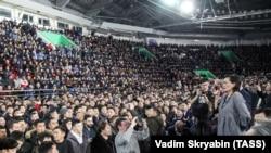 Мэр Якутска Сардана Авксентьева выступает на митинге перед жителями Якутска, 18 марта 2019 года.