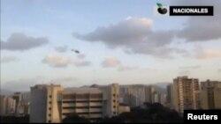 صحنهای از پرواز بالگرد اسکار پرز بر فراز ساختمان دیوان عالی ونزوئلا در کاراکاس.