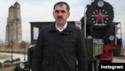 Глава Ингушетии Юнус-Бек Евкуров у мемориала депортированным ингушам