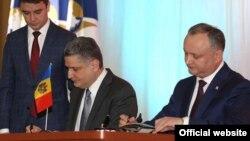 Ігор Додон (п) і Тігран Саркісян (л) підписують меморандум, Кишинів, 3 квітня 2017 року
