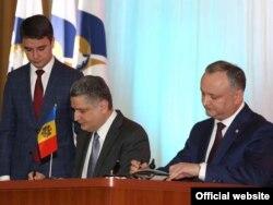 Igor Dodon (dreapta) și Tygran Sarkisian, semnând memorandul